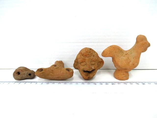 """ארבעה פריטי טרה קוטה הלניסטיים מאות 2-3 לפנה""""ס, המזרח התיכון, כולל נר מיניאטורי, נרי שלושה קנים, פיגורת תרנגול וראש שחקן תיאטרון"""