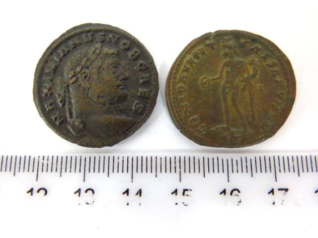 """שתי מטבעות ברונזה ע""""ס אס כ""""א שלטון הקיסר מקסימינוס, סוף המאה ה3 לספירה"""