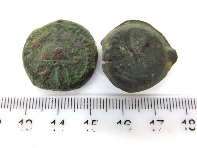 שתי מטבעות ברונזה: א. הורדוס המלך ב. מתיתיוס אנטיגונוס