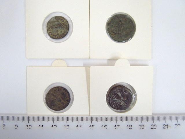 ארבע מטבעות ברונזה רומיים שלטון קלאוביוס ה-II, שלטון ולנטינין, קונסטנטינוס ה-III, ומטבע עיר