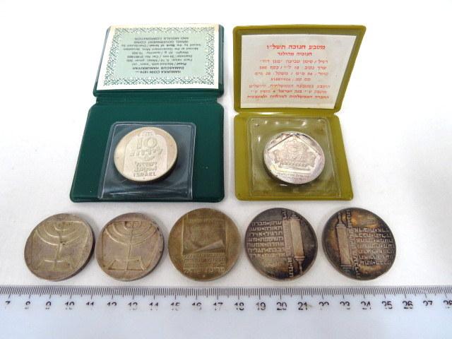 """שבעה מטבעות כסף: עצמאות- חמש לירות 1988 (2) 10 לירות 1973, 10 לירות, 1974 (2), 10 לירות חנוכה תשל""""ו, ו-10 לירות, חנוכה תשל""""ה"""
