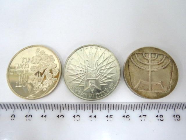 """שתי מטבעות ומדליה, כסף: מטבע נצחון 1967, ע""""ס 10 ל""""י, כסף 935, 28 גרם, מטבע 5 לירות """"מנורה"""", 1958, 25 גרם, מדליות יום הולדת שמח,כסף 935, 26 גרם"""