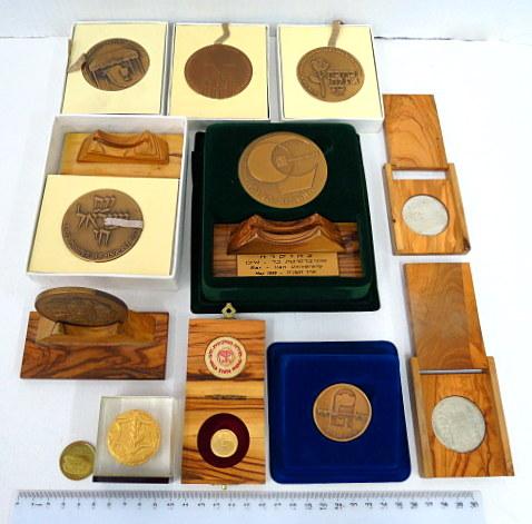 לוט מטבעות ומדליות כולל: עם ישראל חי, זהב 4.4 גרם 18K, שתי מדליות כסף 925: ירושלים 25.8 גרם שערי ירושלים, 25.9 גרם וכן 8 מדליות ארד ואסימון