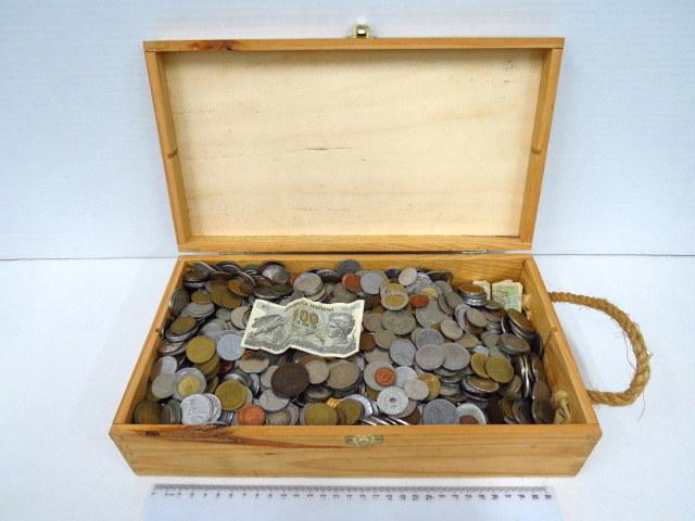 """קופסה עם מטבעות, כל העולם, תקופות שונות, מצבים שונים, ס""""ה כ 10 ק""""ג"""