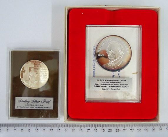 שתי מדליות כסף Sterling: א. בנימין דיזראלי בעיצובו של Caesar Rufo
