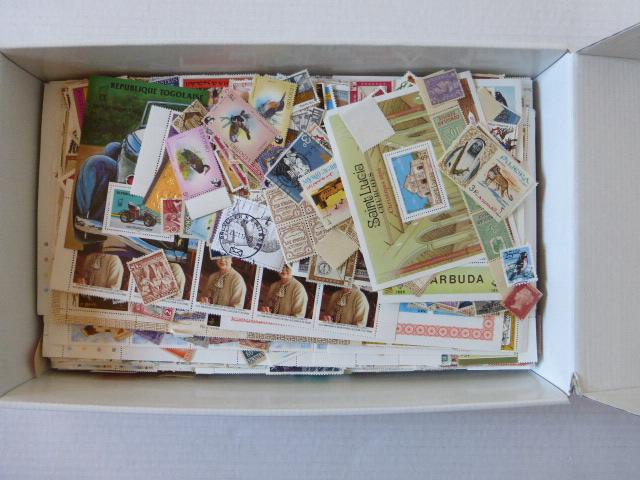 קופסת קרטון קטנה, עם בולי כל העולם חתומים ולא חתומים