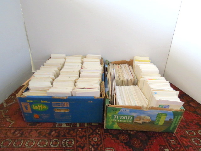 """שני ארגזים עם מעטפות יום הופעת הבול, דואר שנשלח וכו', משנות ה-40 עד שנות ה-80   (ישראל וארה""""ב)"""