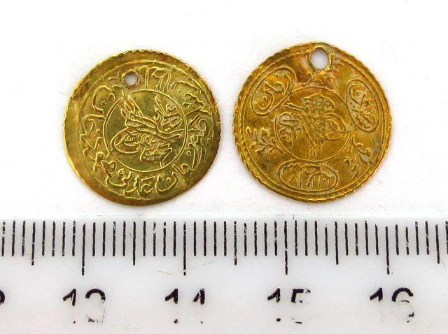 """שני מטבעות זהב עותמאניים ע""""ס רבע Altin, שנת 1223 (1808), כ""""א 0.8 גרם"""
