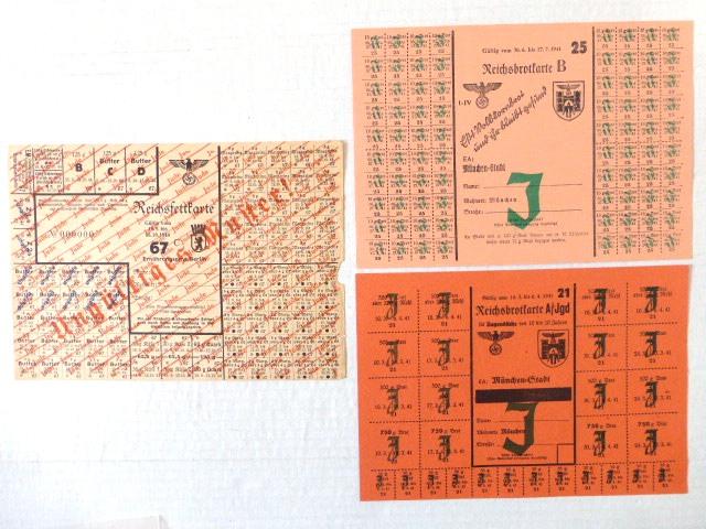 שלושה טופסי כרטיסי הספקה גרמניה הנאצית, עם הדפסת J (יהודי): א. כרטיס לחם 1941 ב. כרטיס לחם לנוער 1941 ג. כרטיס דוגמה של כרטיס שומן, ברלין 1944