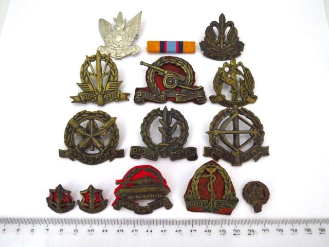 """שלושה עשר  סמלים: 10 סמלי כומתה, צה""""ל שנות ה50-60, שני צהלונים ואות מבצע סיני"""