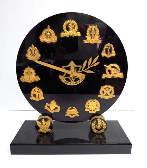 """שעון מדף חשמלי, מנגנון מכני עם 14 סמלי חילות צה""""ל (במקום מספרים)"""