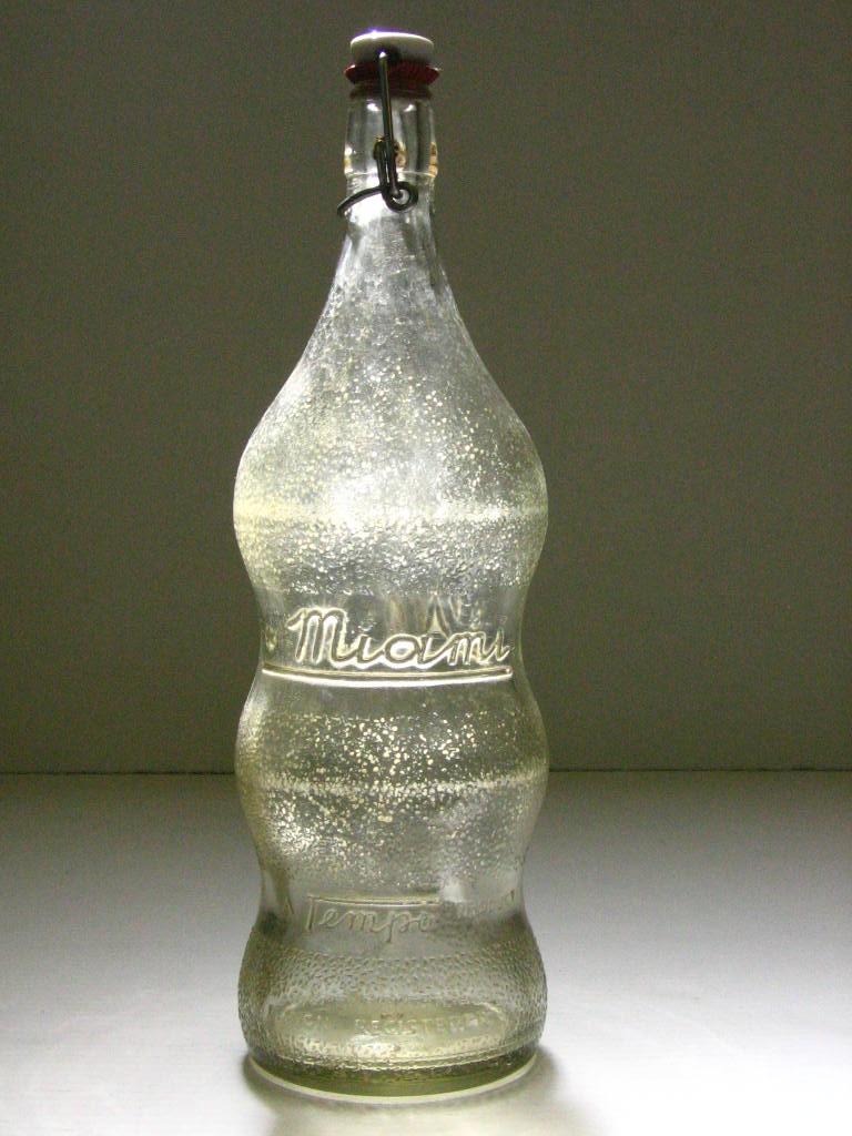 """בקבוק זכוכית """"מי עמי טמפו"""" הבקבוק ה""""משפחתי"""" הראשון בארץ"""
