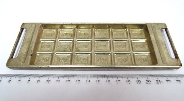 """תבנית של שוקולד עלית """"שוקולד פרה"""", ארץ ישראל, שנות ה30, עם השם המקורי """"שמנונית"""", ששונה בשנות ה50 ל""""שוקולד פרה"""""""