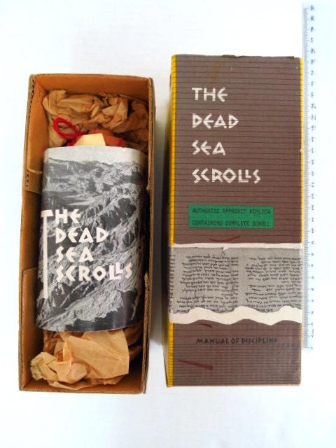 רפליקה מיניאטורית של אחת ממגילות ים המלח, שנות ה60, כולל כלי טרה קוטה עם מגילת פשר חבקוק מודפת על נייר The dead sea Scrolls, authentic approved replica containing the complete scroll of manual of disipline