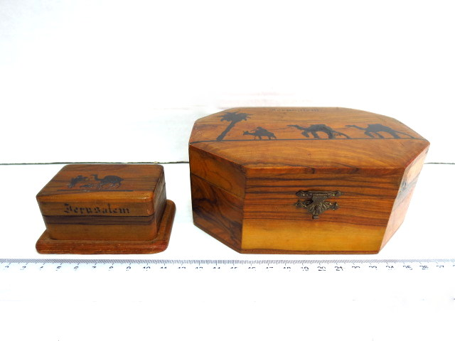 """שתי קופסאות עץ זית: מתומנת, וקופסת בולים, כ""""א עם ציורי גמלים על המכסה וכיתוב Jerusalem"""