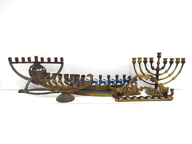 חמש חנוכיות פליז, ישראל שנות ה50: דוגמת מנורה עם גב וכיתוב ישראל, עם כיתוב חנוכה על הבסיס, עם פלק מראה ירושלים, ועם חומה עליה אריות