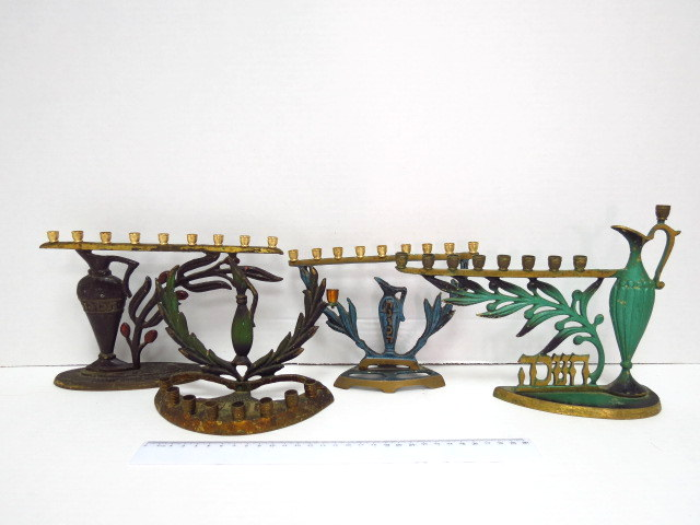 """ארבע חנוכיות פליז, ישראל שנות ה50, כ""""א עם כד שמן וענף זית"""