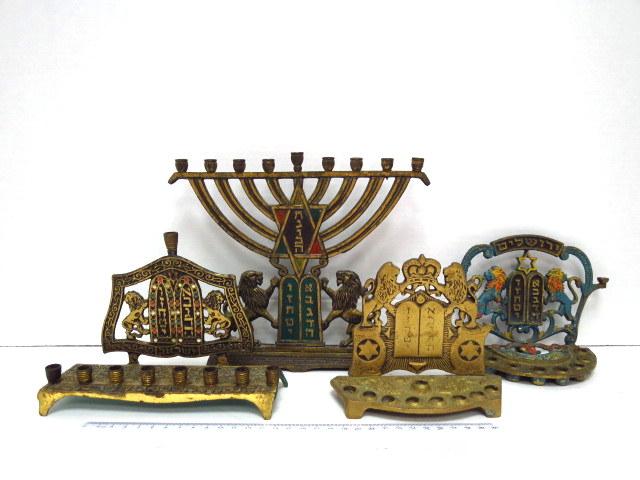 """ארבע חנוכיות פליז, ישראל, שנות ה50, כ""""א עם אריות ולוחות הברית"""