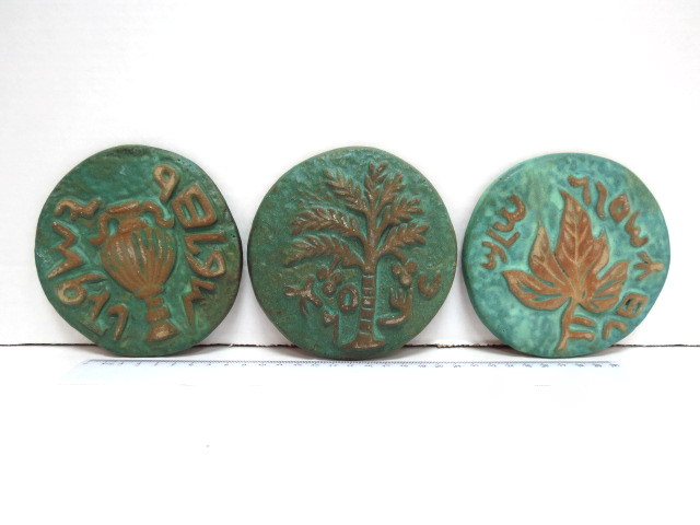 שלושה פלקי קרמיקה צורת מטבעות יהודיים של בית שני