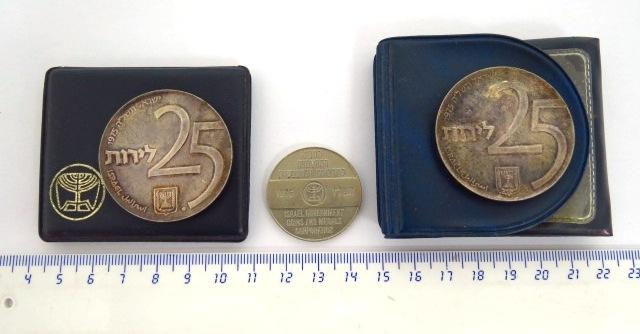 שתי מטבעות כסף 800 ואסימון ניקל Bonds 1975