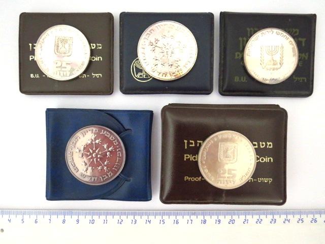 """חמש מטבעות:  פדיון הבן: תשל""""ה רגיל וקישוט כסף 900, כ""""א 16 גרם, תשל""""ו רגיל וקישוט, כסף 800, כ""""א 30 גרם, וכן מטבע בן גוריון כסף 935, 26 גרם"""