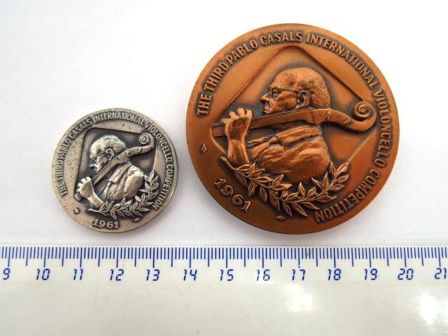 """שתי מדליות, תחרות בינלאומית השלישית לצ'לו ע""""ש פאבלו קזאלס תשכ""""ב 1961, כסף 935, 29 גרם וארד"""