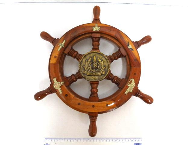 קישוט מזכרת ליוצא חיל הים הישראלי צורת גלגל הגה של אוניה עם סמל חיל הים וחמישה סמלים של יחידות מיוחדות