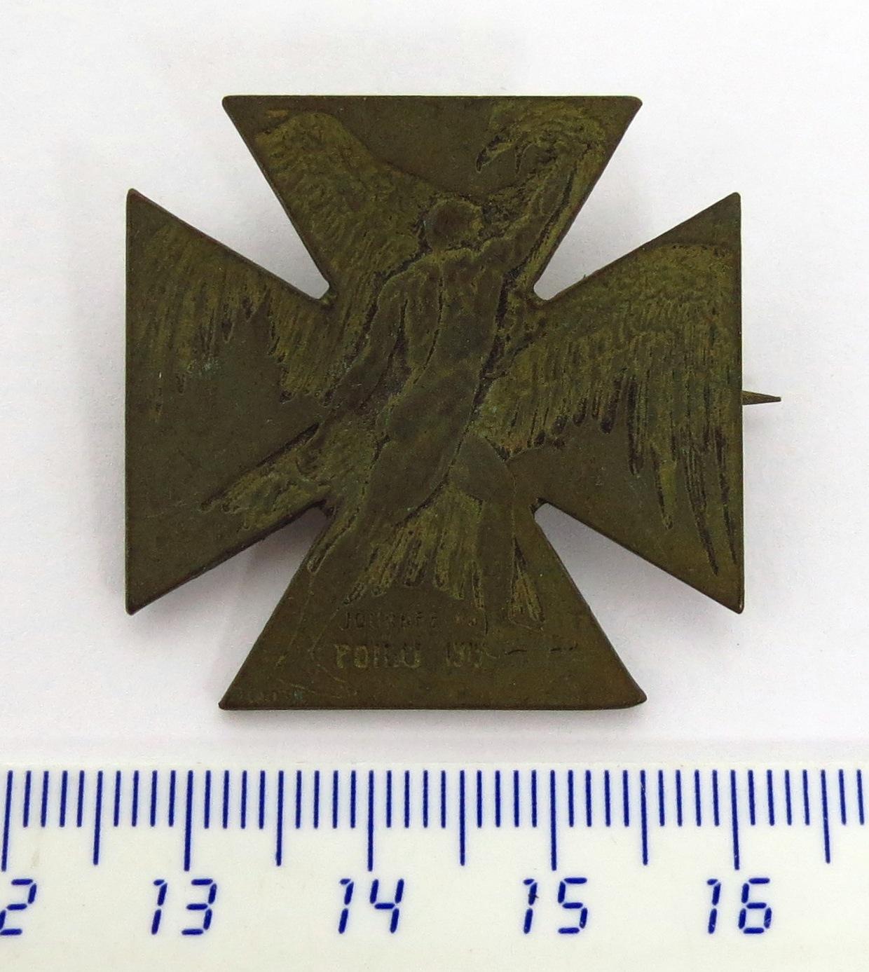 סיכה-מדליה Journe du Poilu 1915 בעיצובו של אמן הזכוכית, נוצרה כדי לאסוף תרומות למאמץ המלחמה ב-1915. מצב XF, כולל סיכה