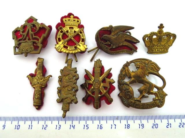 שבעה סמלי כומתה של יחי' צבא בריטניה מלחמת העולם השניה, שלושה תגים וכתר(דרגת Major)