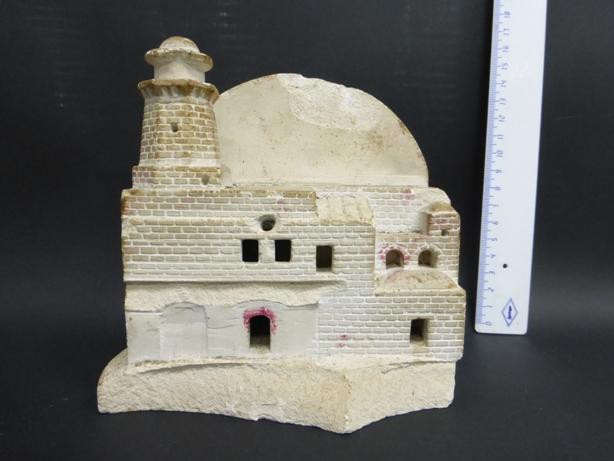 פיגורת אבן, עבודת גולי קפריסין צורת מגדלור. העבודה עשויה מאבן לרנקה ומסמלת את התקוה להגיע לארץ. כ-53000 גולי קפריסין, ניצולי שואה היו שבויים במחנה דקהליה ומחנות נוספים בין 1946-1949 . עבודות אבן מקפריסין מוצגות במוזיאונים  פגום ושבור