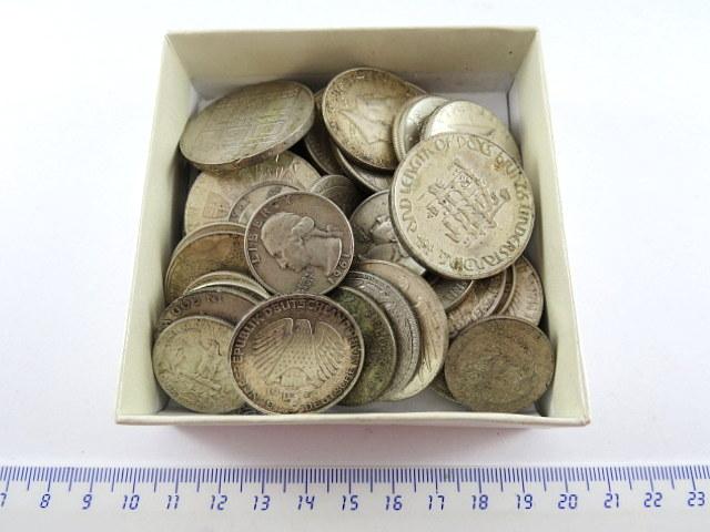 """לוט גדול של מטבעות כסף """"כל העולם"""""""