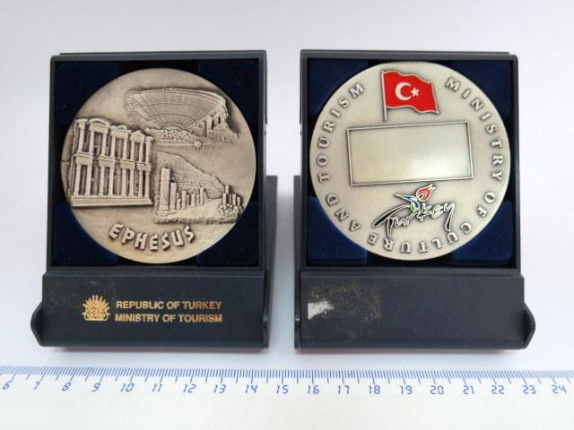 שתי מדליות זהות של הרפובליקה הטורקית, משרד התיירות, לא חרוטים, עם מראה עתיקות Ephesus
