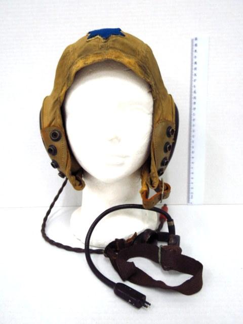 """כובע טייסים, ארה""""ב, מלחמת העולם השניה כולל אוזניות ומיקרופון עם מגן דוד כחול תפור על המצח, כנראה של אחד מראשוני הטייסים בחיל האויר הישראלי, תוצ Shure Bros. Chicago"""