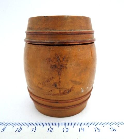 קופסת עץ זית חרוט, צורת חבית קסת דיו, חסרה הזכוכית,  ישראל, שנות ה40-50