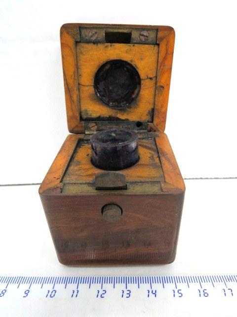 """קסת דיו, בקופסת עץ זית, עם כיתוב על המכסה """"ירושלים"""", תחילת המאה ה20"""