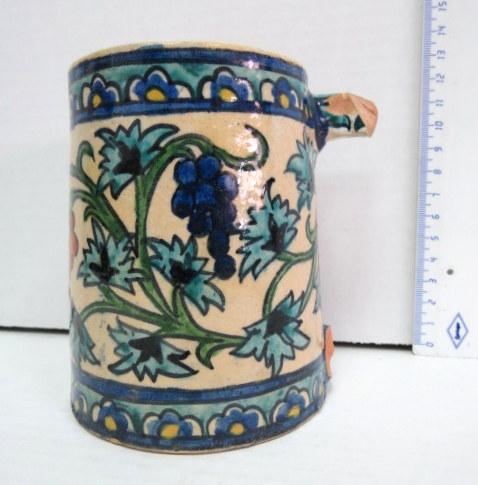 כוס קרמיקה ארמנית, ארץ ישראל שנות ה20, לא חתום, ידית חסרה, סדנת משפ' קרקשיאן