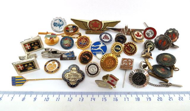 """עשרים ושבעה סמלים-סיכות ארצות שונות, גופים שונים, איגודים מקצועיים וכו', וכן שלושה זוגות חפתים כנ""""ל"""