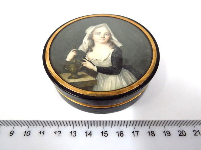 קופסת פודרה עתיקה עם ציור מיניאטורה על המכסה, פנים חישוקי זהב