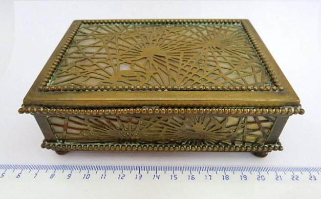 קופסה עשויה פליז וזכוכית דמויית אלבסטר תוצ Tiffany Studios, ניו יורק, חתום