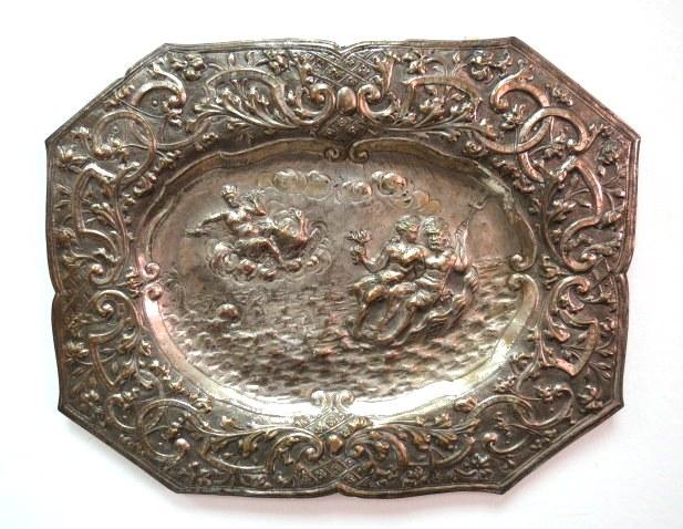 מגש עתיק מצופה כסף, המאות ה17-18, עם עבודת ריקוע מראה זאוס בשמיים ונפטון עם אפרודיטה בים