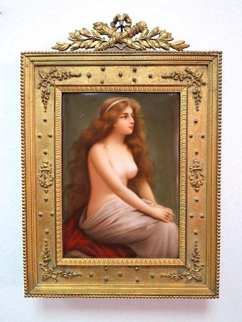 """ציור ע""""ג אריח פורצלן, עירום נערה תחילת המאה ה19, במסגרת ברונזה צרפתית מוזהבת"""