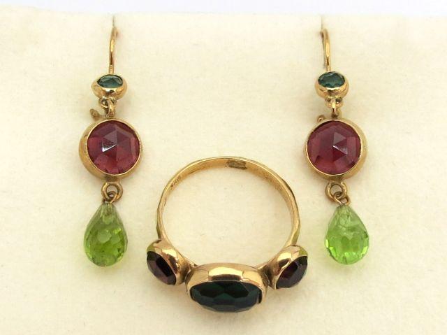 מע תכשיטי זהב 9K, כוללת: טבעת משובצת בשני גרנטים אדומים וגרנט ירוק וכן זוג עגילים משובצים בשני גרנטים אדומים ופרידוט