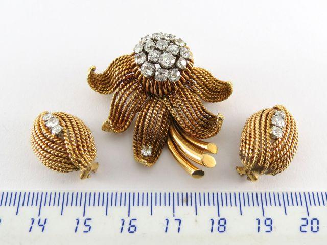 """מע' תכשיטים זהב 18K, חתום HGM סיכה צורת פרח עם שיבוץ יהלומים איכותיים, העגילים צורת עץ עם יהלומים' סה""""כ 28.5  גרם"""