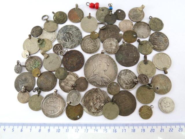 לוט של מטבעות-תליונים, כולל מטבעות ערביים פרסיים ונוספים, עתיקים וחדשים