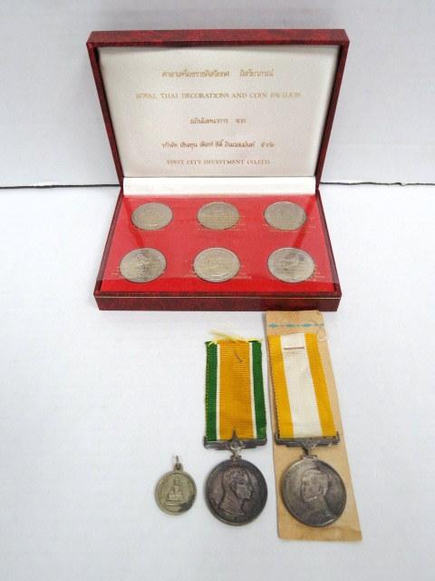 """שש מדליות של תאילנד, כ""""א לרגל אירוע בתולדות תאילנד ומשפחת המלוכה, בקופסה מהודרת, וכן שתי אותות כבור של המלכות ותליון"""