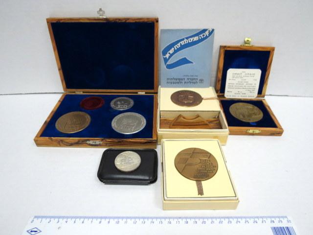 שבע מדליות: שלום Peace 1979 כסף 115 גרם, 47 גרם וארד, 25 למדינת ישראל, ארד, ו-75 לבנק לאומי ארד, 1977 , נצחון 67 כסף 26 גרם, מנצחון לנצחון, ארד