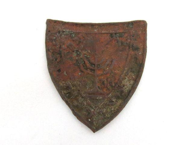 """סיכה  (חלודה), """"קרן הלח""""י-תר""""צ לזכר מאורעות תרפ""""ט, צורת מגן עם מנורה במרכז, פולין, שנות ה30"""