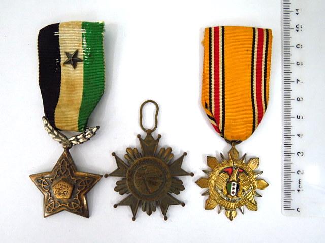 שלושה אותות צבא סוריה a. Syrian Arab Army Medal 1962, b. Union Order c. Order of Devotion 2nd class with star