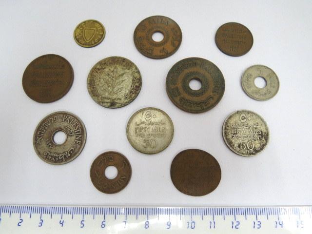 אחד עשר מטבעות מנדט: 1 מיל (1), 5 מיל (2), 10 מיל (2), 20 מיל (1942), 50 מיל (1935, 1942), 100 מיל (1935)