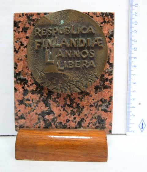 """מדלית ברונזה, לכבוד שחרור הרפובליקה הפינלנדית, על לוחית שיש, Respublica Finlandia L'annos Libera"""""""